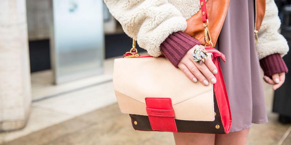 Яркая сумка вмиг преобразит даже самый скромный образ