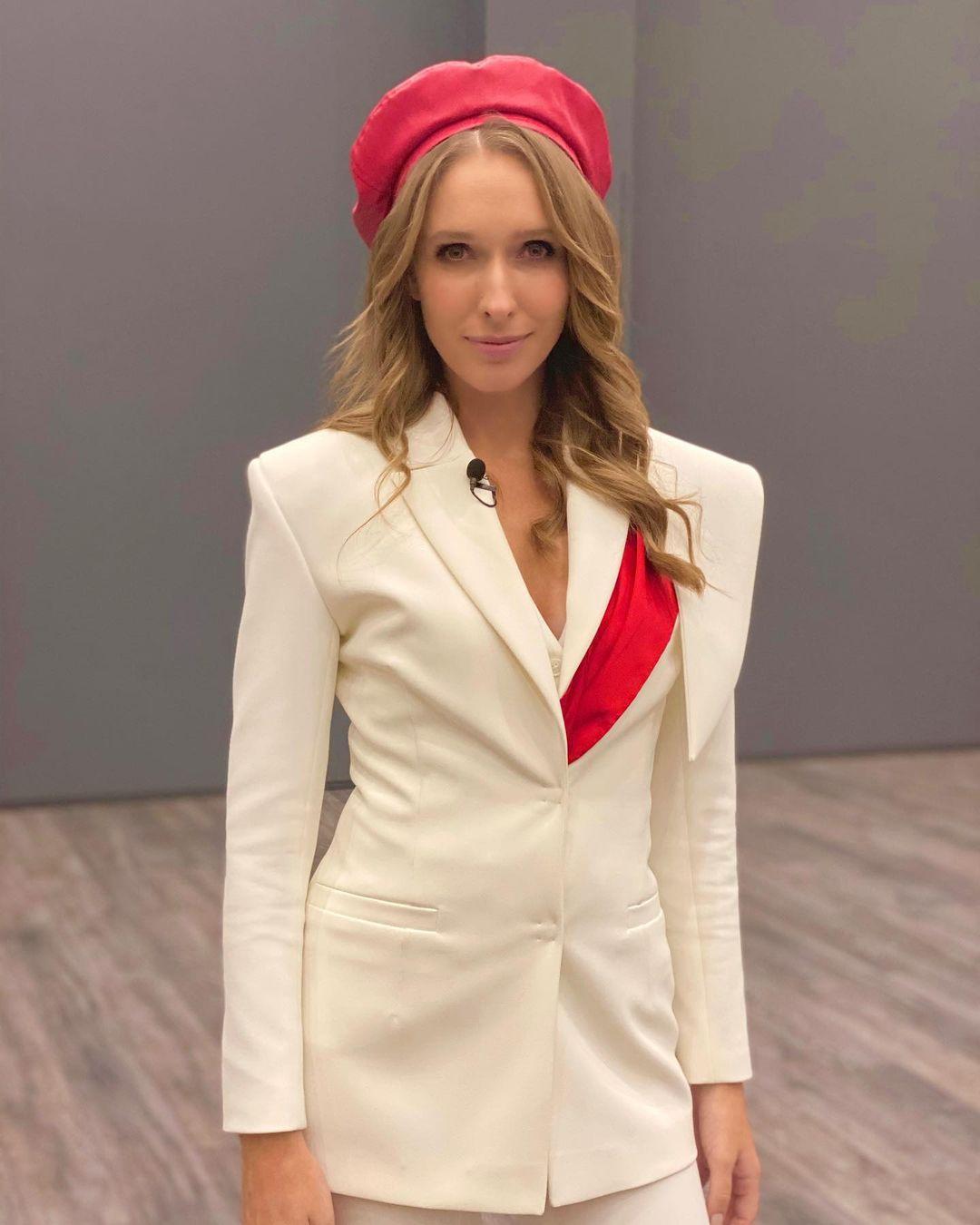 Катя Осадчая показала роскошную фигуру в мини-платье