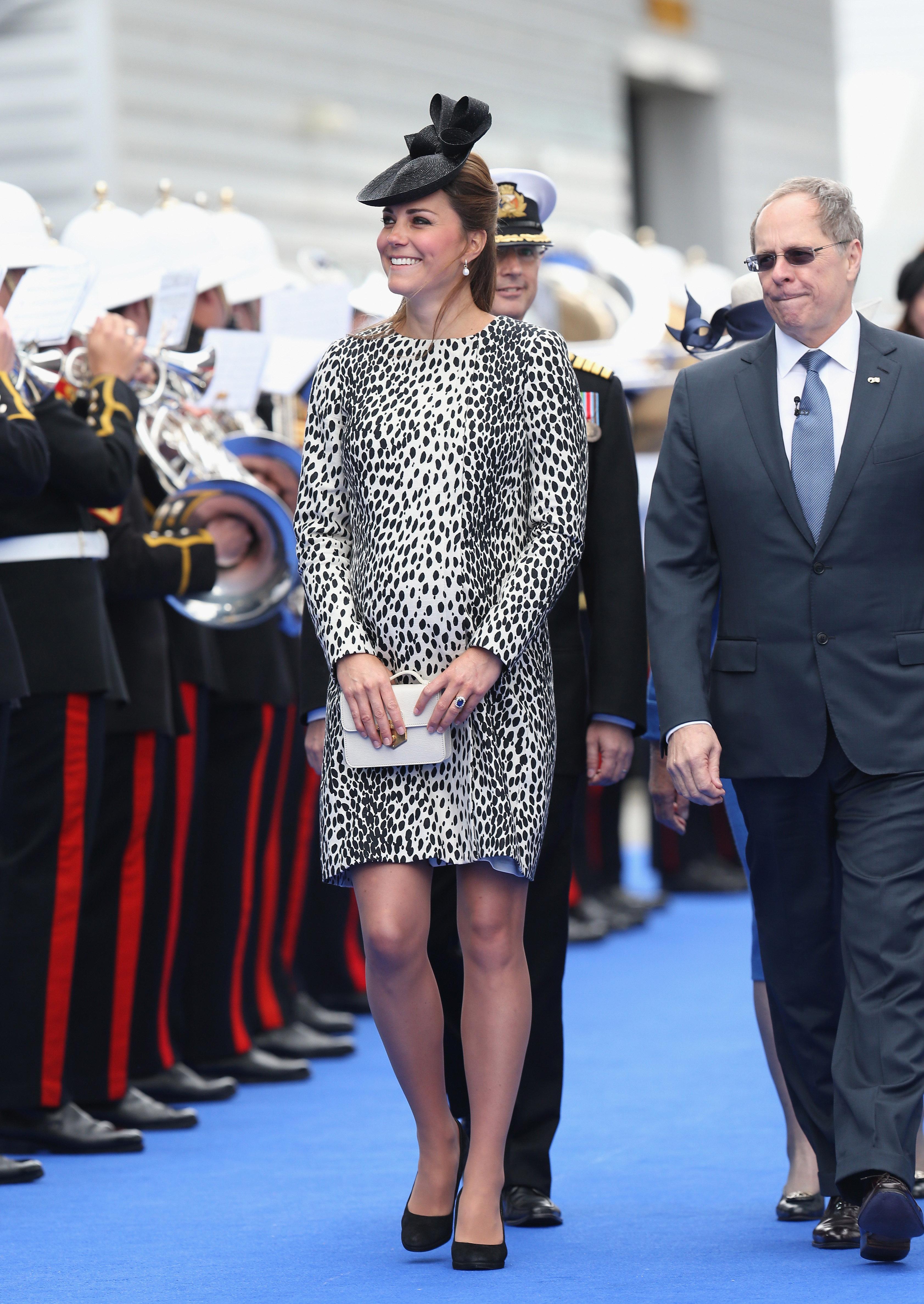 Образ Кейт завершали туфли на каблуках и шляпка