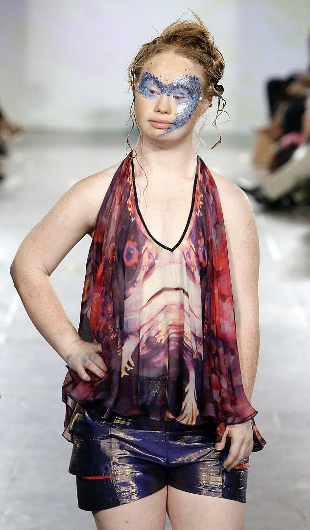 Мэдлин Стюарт вышла на подиум Недели моды в Нью-Йорке
