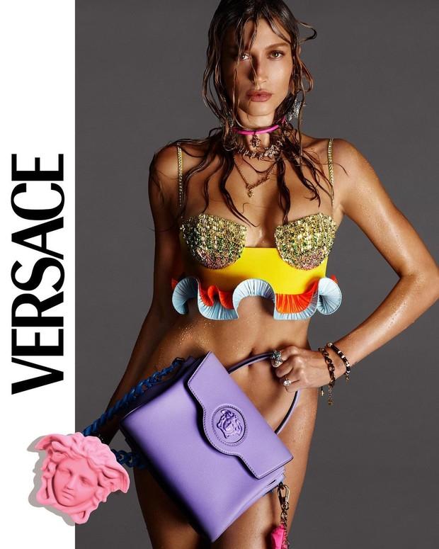Хейли Бибер снялась без белья в рекламной кампании Versace