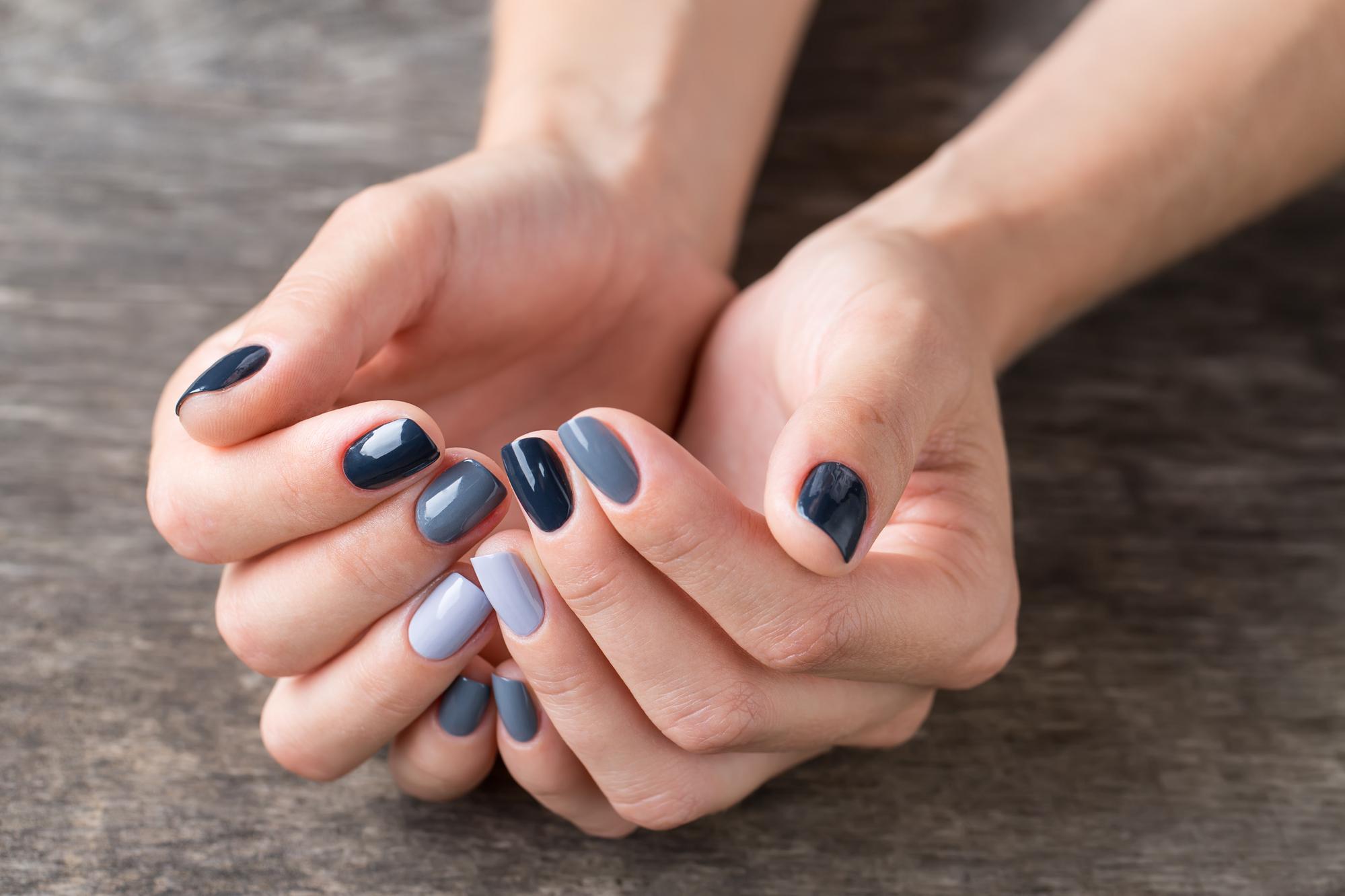 Если вы решили всерьез заняться слоящимися ногтями, то на время придется отказать от акрила и гель-лака