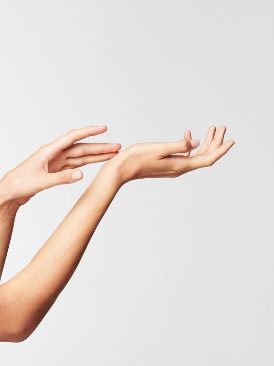 Сухости рук не сломить современную женщину: комплекс правил по уходу за кожей