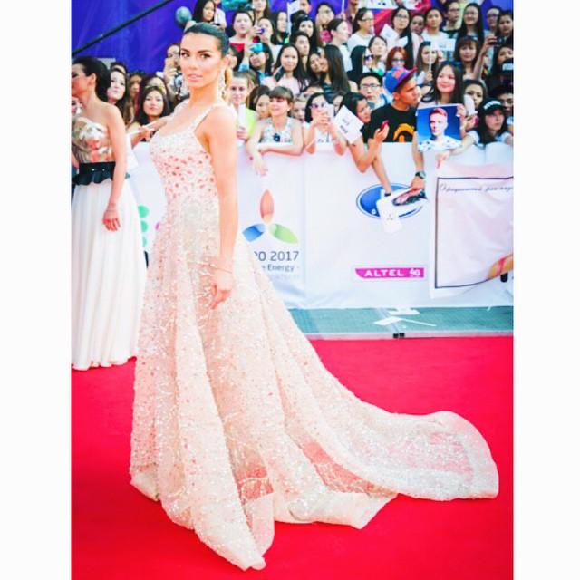 МУЗ-ТВ 2015: Платье Ани Седоковой весило 8 килограммов