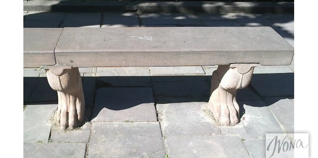 Необычную атмосферу города создают даже такие приятные мелочи, как скамейка