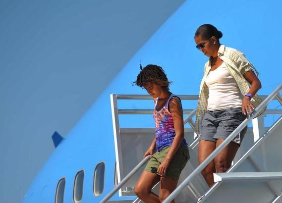 Мишель Обама спускается с трапа президентского самолета Air Force One