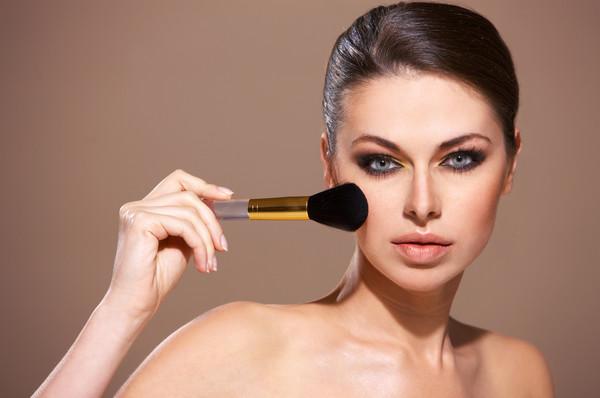 Не стоит слишком увлекаться активным макияжем - он не сможет продержаться в течении дня без