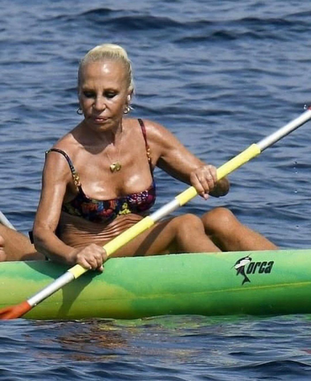 65-летняя Донателла Версаче показала фигуру на отдыхе с друзьями