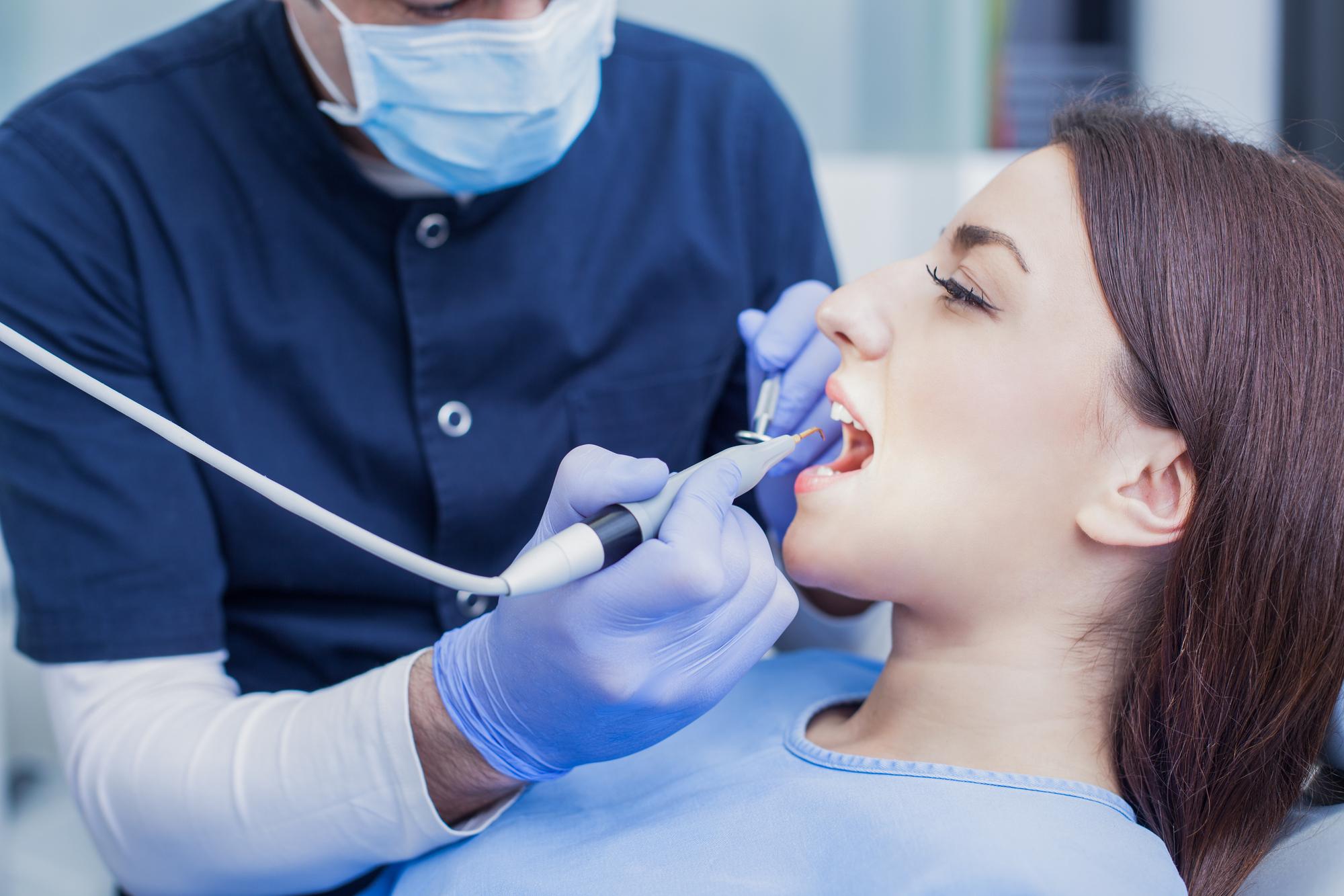О чем говорит цвет налета на зубах: ответ стоматолога