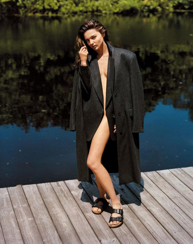 фото в пальто на голое тело
