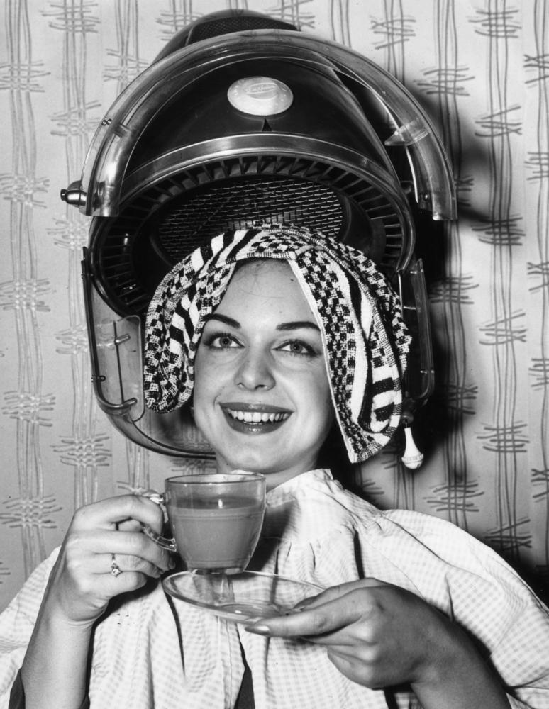 Женщины приходили в салон красоты, чтоб посплетничать, почитать свежий модный журнал и выпить чашечку кофе
