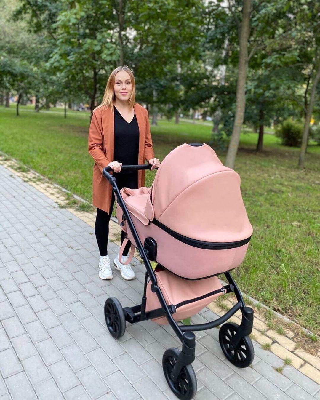 Alyosha гуляет в парке с новорожденной дочкой
