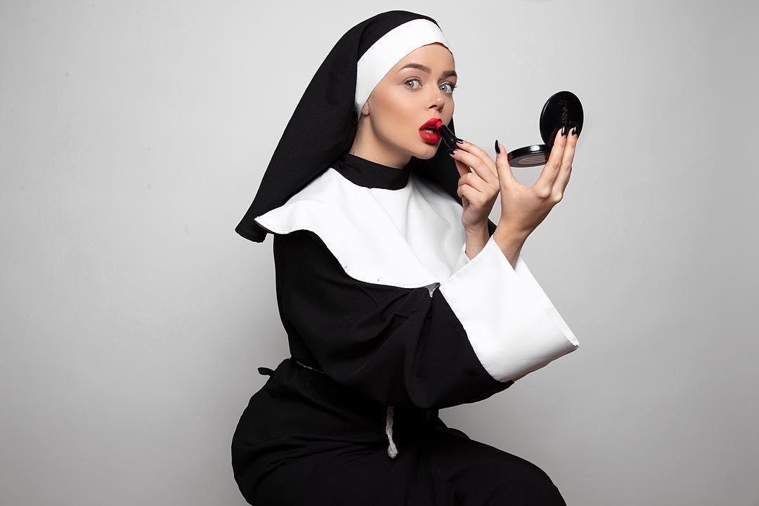 16+: Алина Гросу сыграла в клипе разгульную монахиню