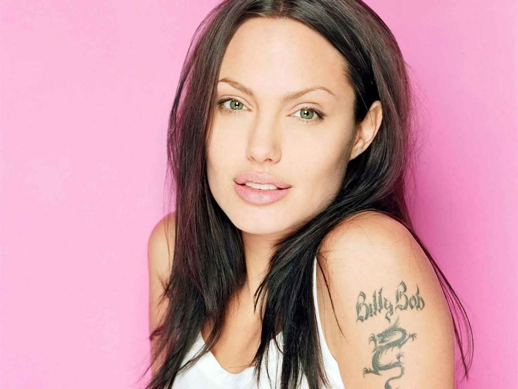 Актриса Анджелина Джоли призналась в любви к своему первому мужу Билли Бобу Торнтону именной татуировкой