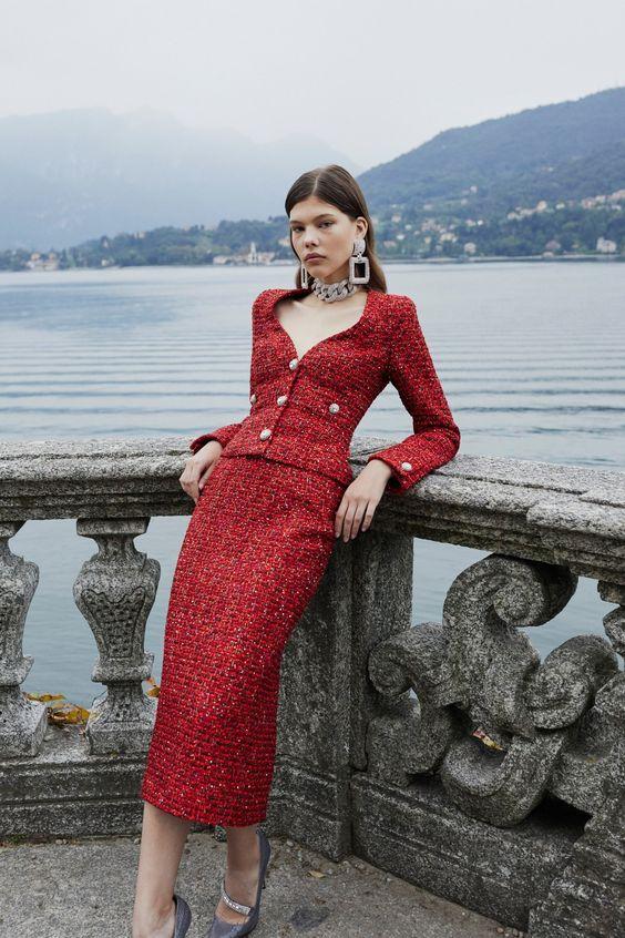Красный костюм с юбкой для элегантных дам