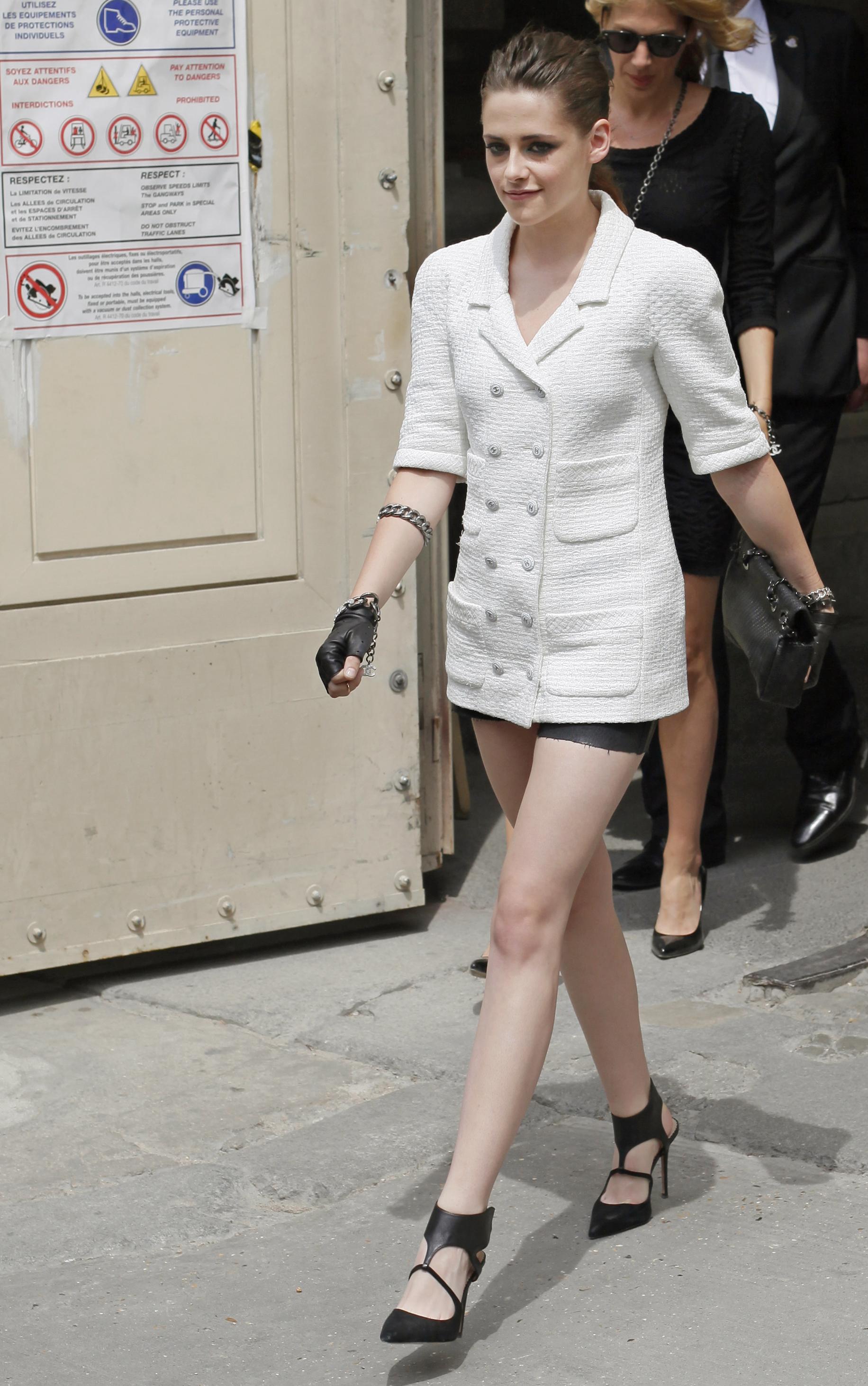 Актриса Кристен Стюарт дополнила образ кожаными перчатками