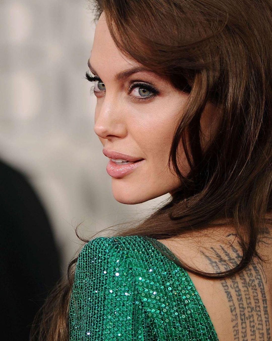 Шикарно выглядит: Анджелина Джоли появилась в модных образах во Франции