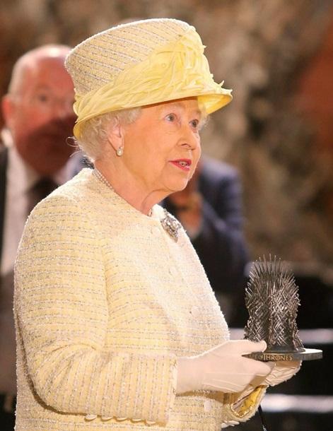 Во время экскурсии королеве подарили уменьшению копию того самого трона