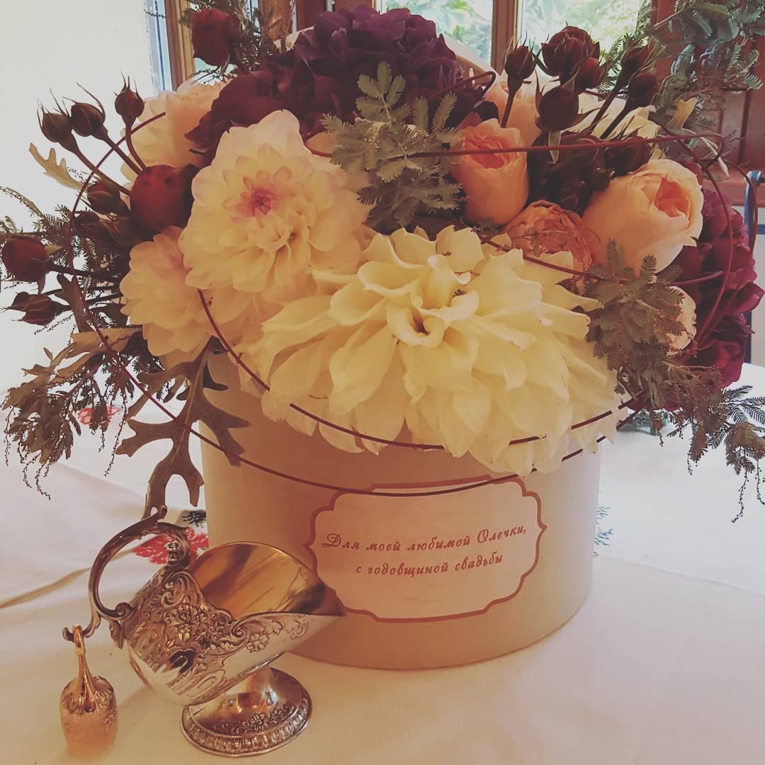 Оля Поялкова похвасталась подарком от супруга на годовщину свадьбы – цветы и серебряная сахарница
