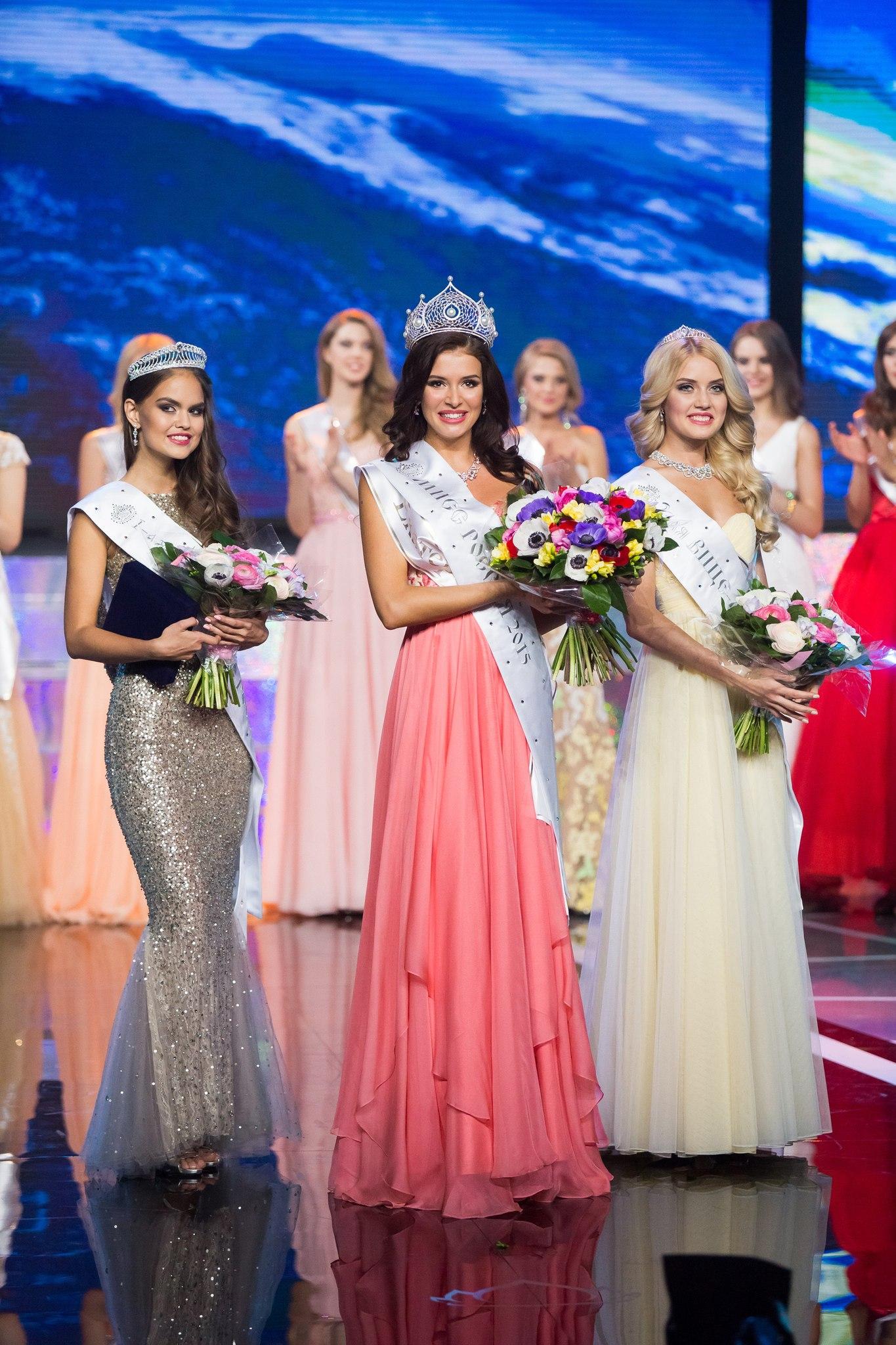 Мисс Россия 2015 София Никитчук (в центре), первая вице-мисс (слева) и вторая вице-мисс (справа)