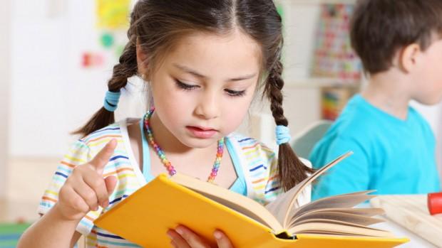 Начинать читать ребенку психологи рекомендуют с 6 месяцев – стихи, короткие сказки, потешки