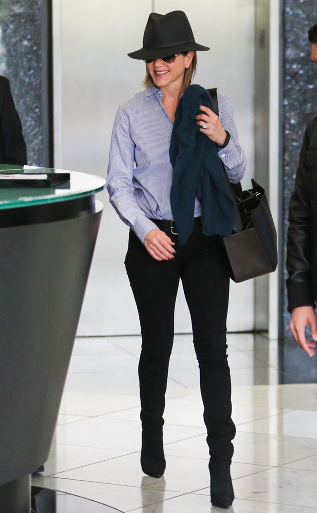 Актриса Дженнифер Энистон выходит из клиники