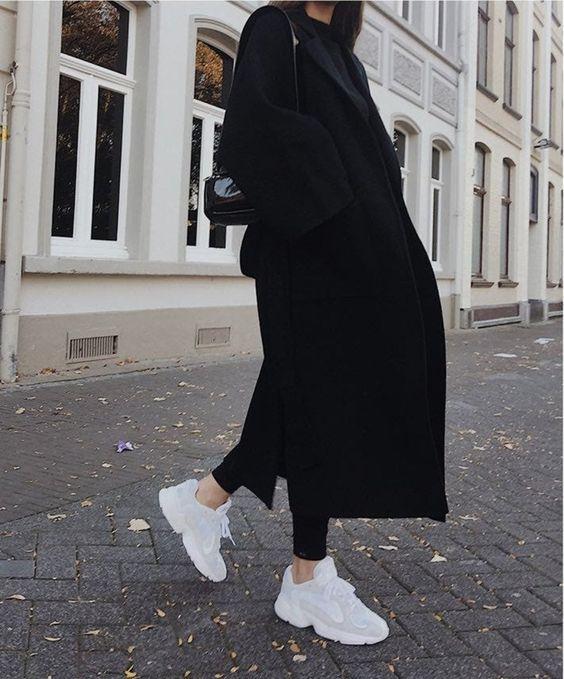 Классическое черное пальто - элемент базового гардероба женщины
