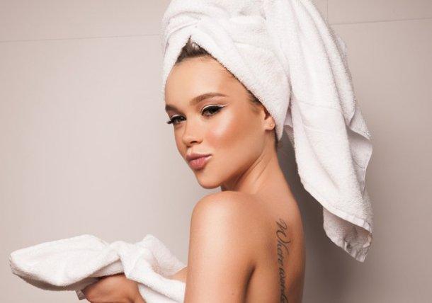 Прежде, чем расчесывать мокрые волосы, нужно их слегка просушить