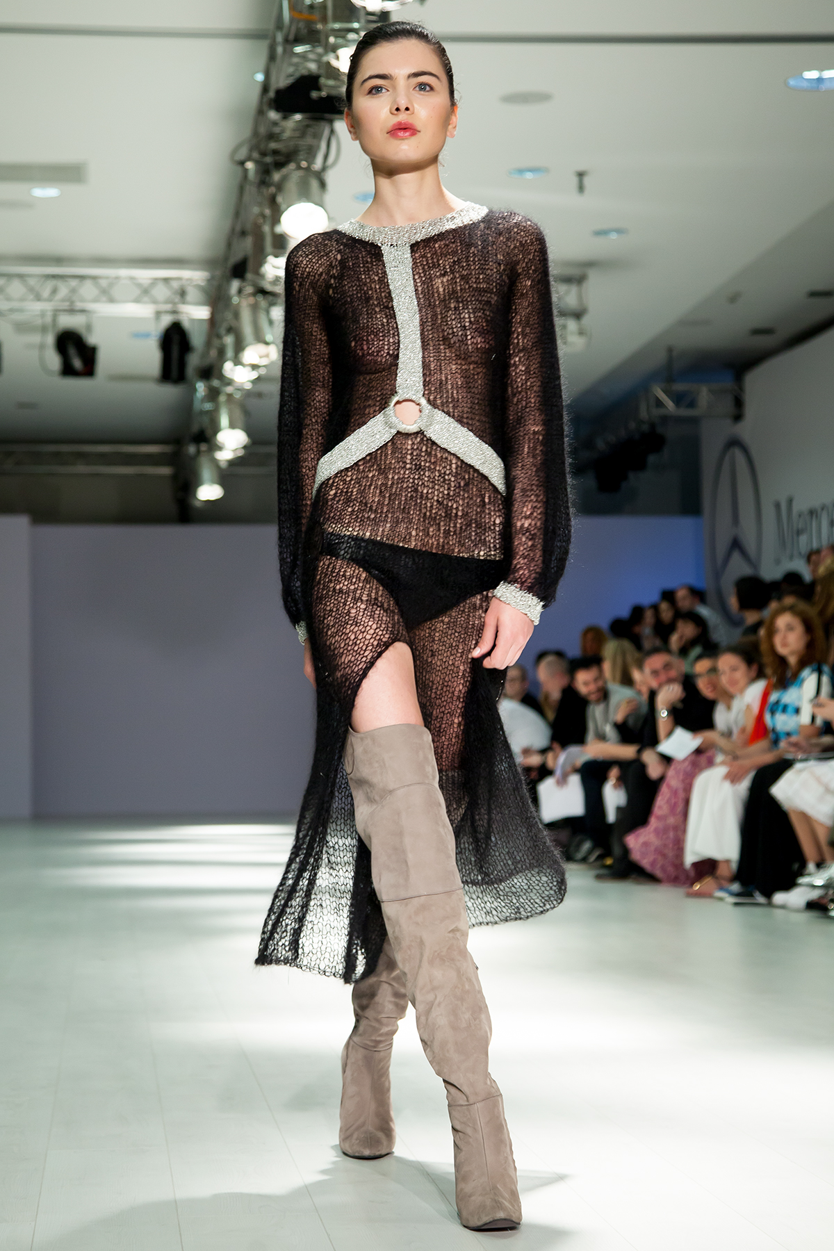 Украинский дизайнер в Грузии вывел на подиум модель в прозрачном платье