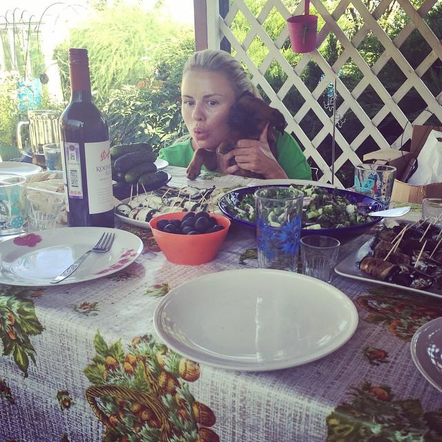 Анна Семенович любит проводить выходные на даче