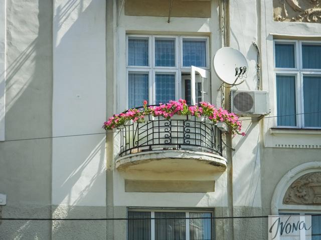 Жители Черновцов любят украшать не только свой город, а и балконы собственных квартир