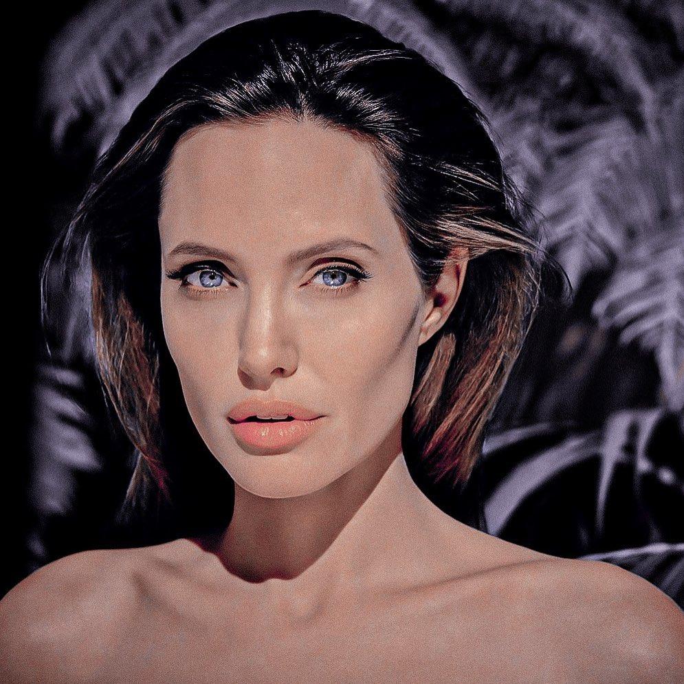 Анджелина Джоли взбудоражила поклонников пикантным снимком