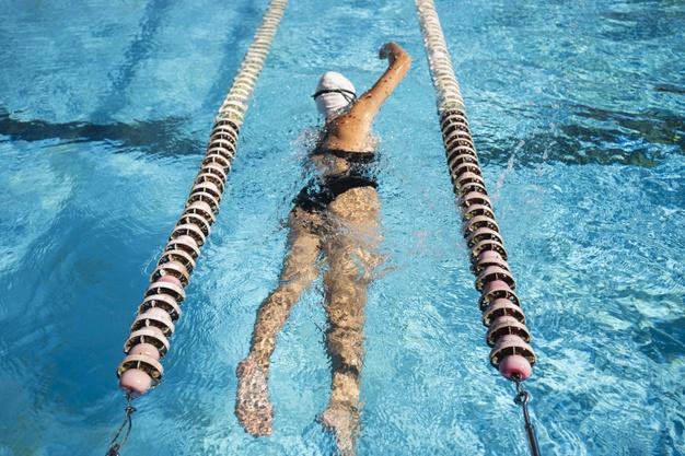 Что нужно брать в бассейн девушке