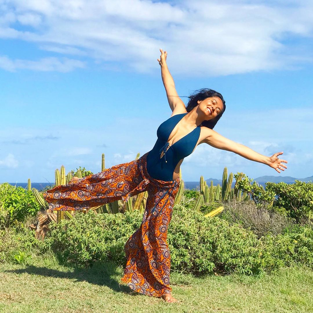 52-летняя Сальма Хайек показала роскошную фигуру в пляжной фотосессии