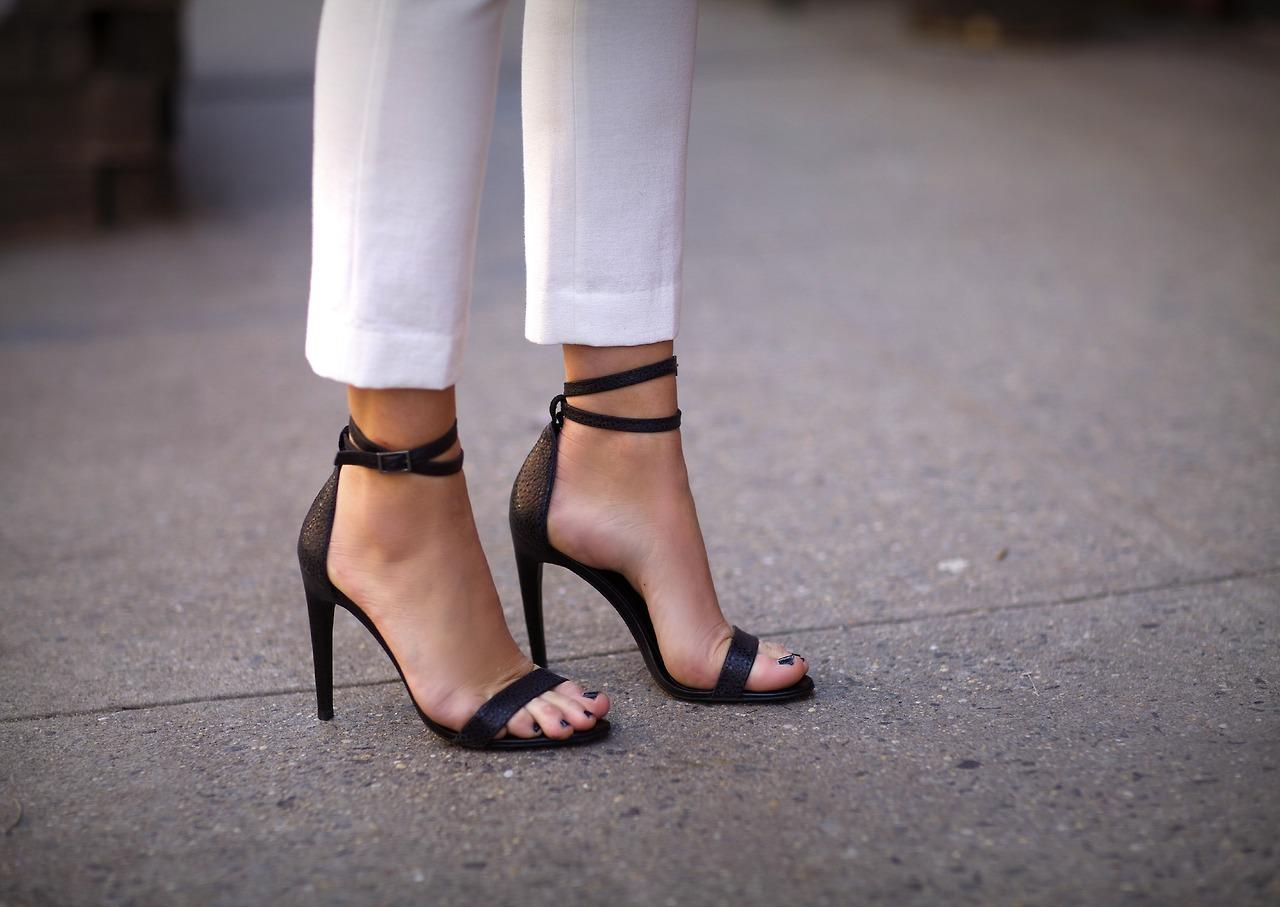 Фото девушек в босоножках на высоких каблуках фото