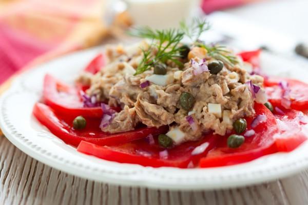 салаты из овощей и тунца
