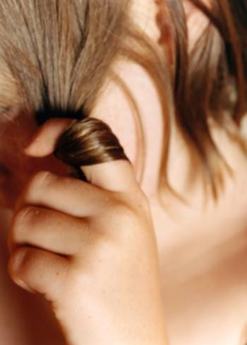 Накручивание волос на палец
