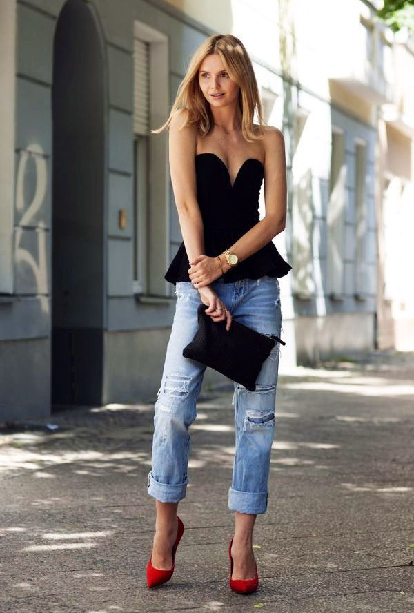 Топ-бюстье достаточно нарядный сам по себе, а потому джинсы можно выбирать лаконичные