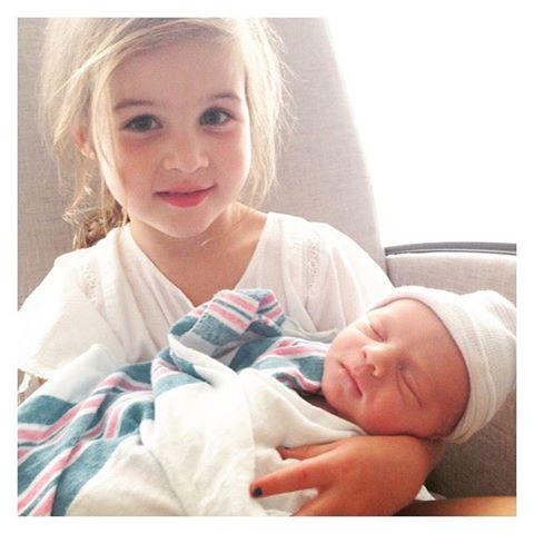 Дочь Тиффани-Амбер Тиссен Харпер с новорожденным братиком
