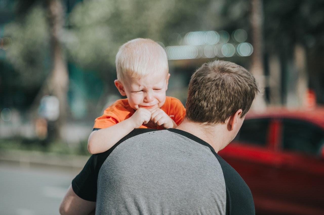 Если ребенок пытается манипулировать вами при помощи истерик, попытайтесь объяснить ему, что вы всегда на его стороне