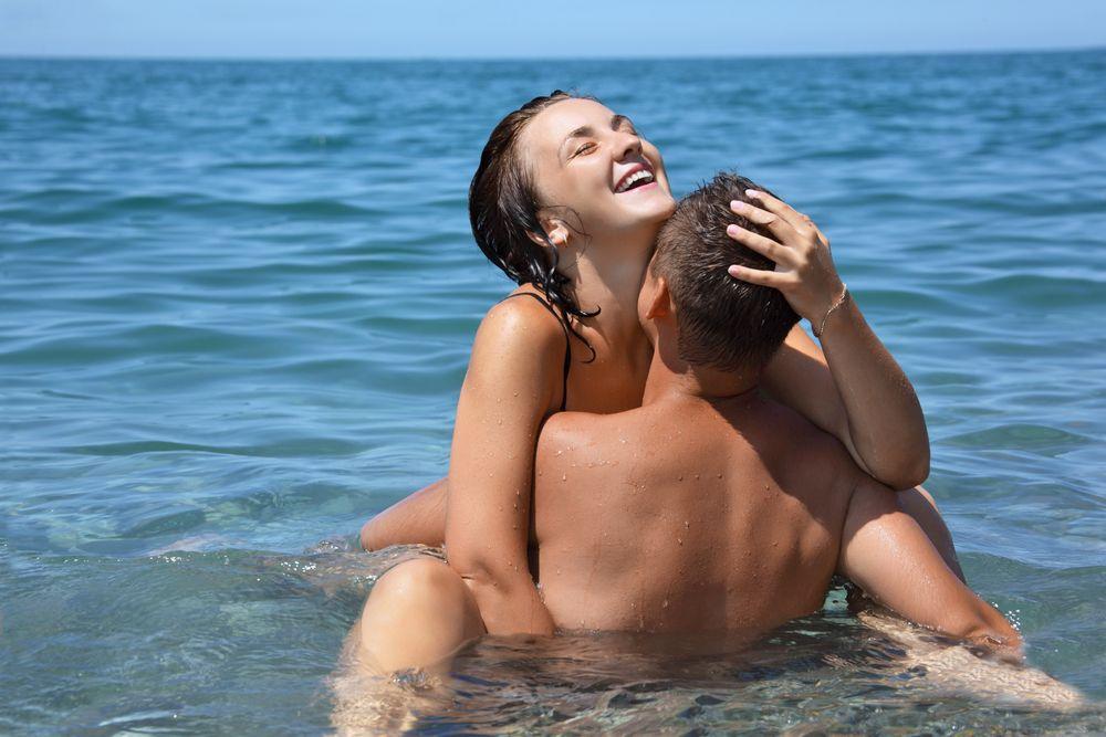 Секс в воде стоя