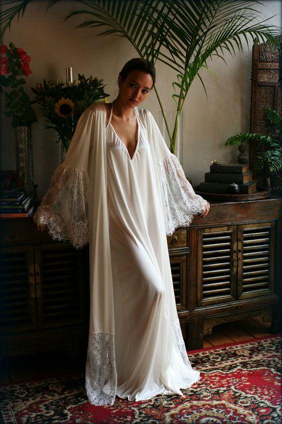 ТОП-7 образов одежды для сна - длинный белый пеньюар