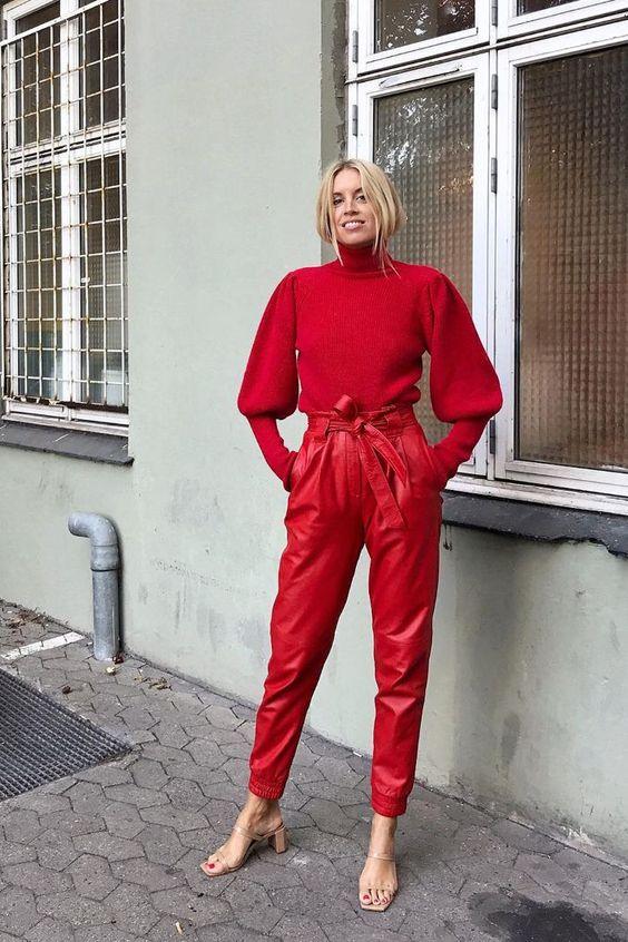 Красный осенний образ с кожаными брюками и свитером с дутыми рукавами