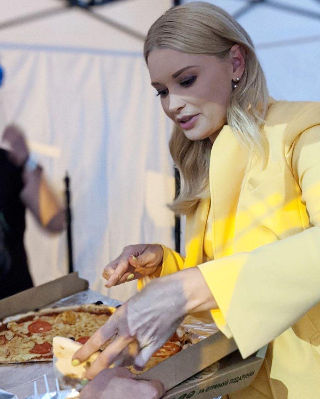 Лидия Таран не может отказать себе в еде