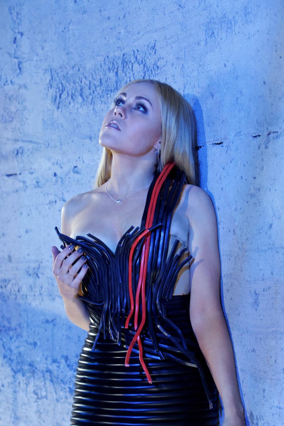 Alyosha примерила платье из проводов для съемок нового клипа
