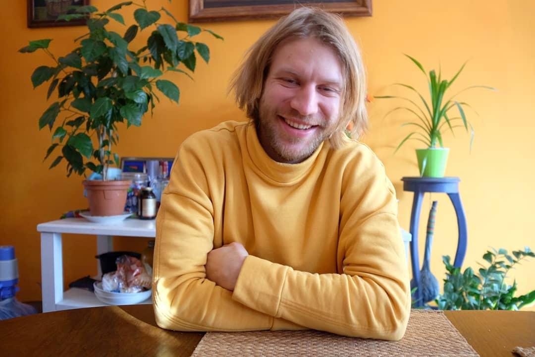 Пьяный Ванька в засаленной тельняшке: Дорн выпустил клип на русскую застольную