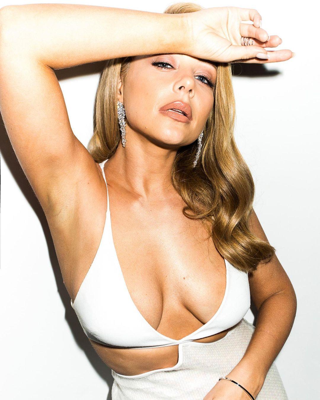 Сексуальная Тина Кароль предстала в латексном наряде