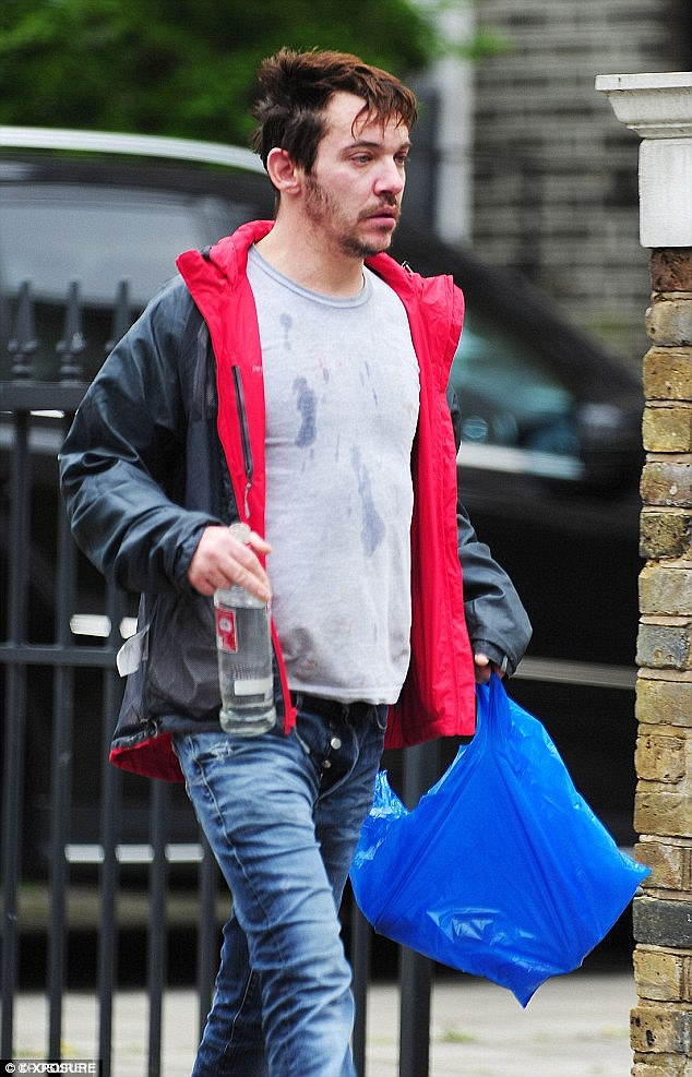 Джонатан Риз Майерс пил на улице водку