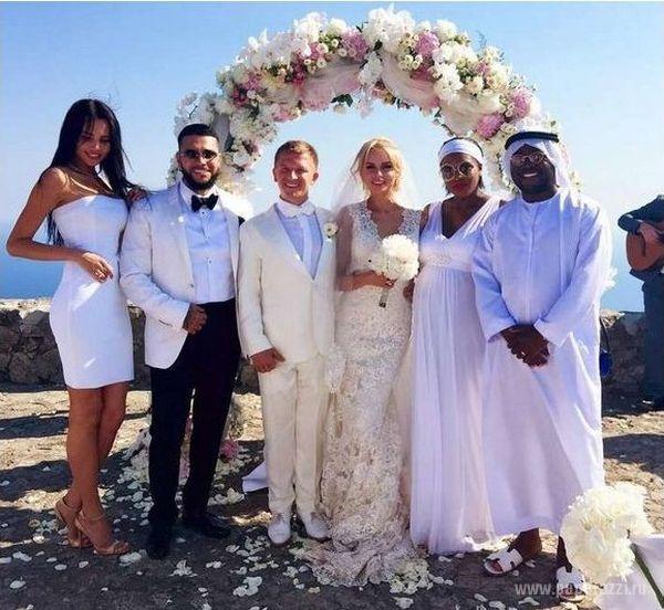 Тимати пришел на свадьбу к другу со своей девушкой Анастасией (слева)