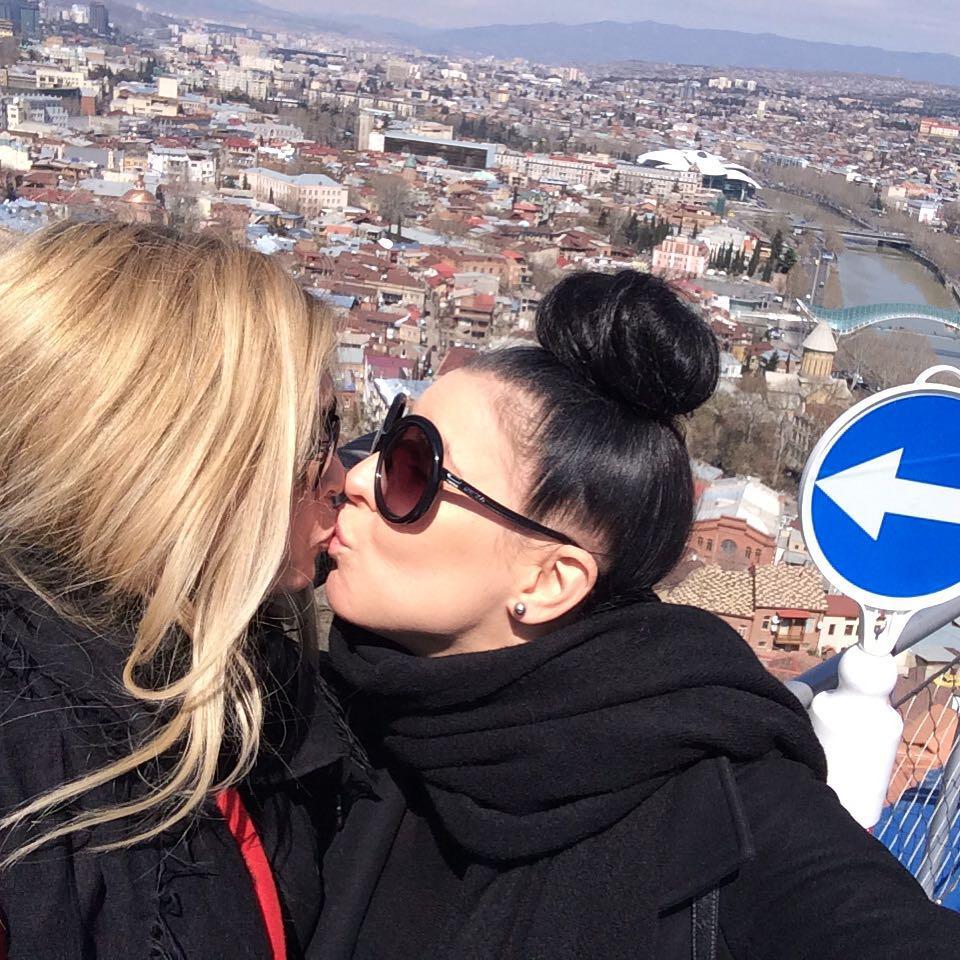 Вера Брежнева поцеловалась с  Елкой
